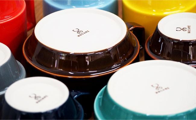 様々なカラーのマグカップを用意