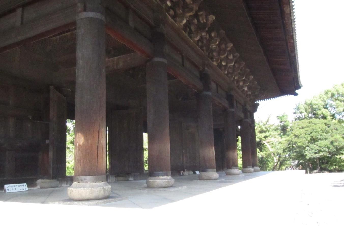 三門の柱。「文化財を守り伝える京都府基金」のポスターになっています。