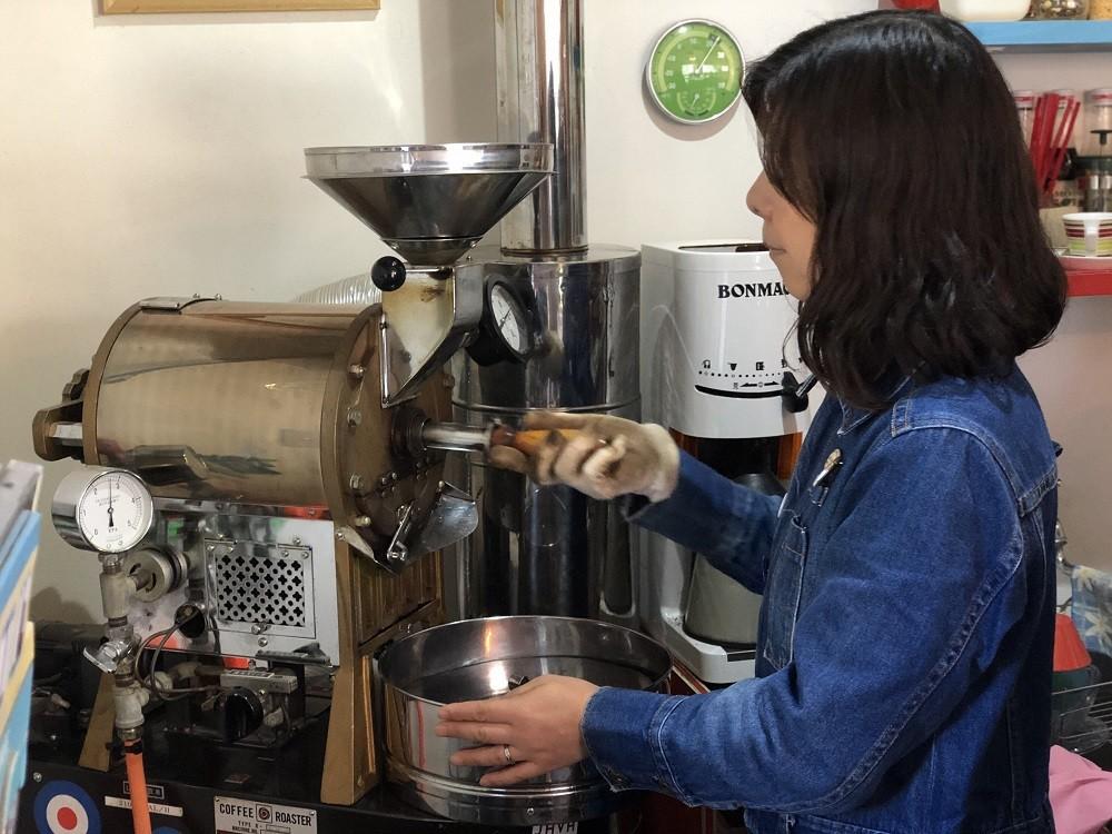 コーヒー豆を焙煎中の、オーナーの渡辺さん