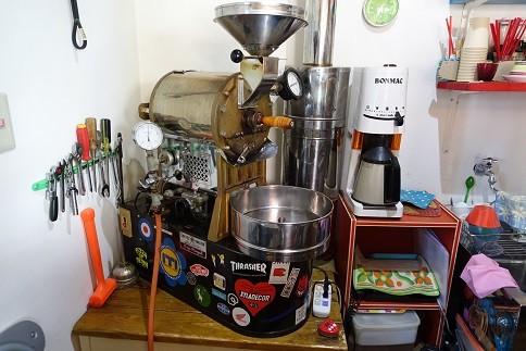 お店のサイズに合わせ、小型の焙煎機を使用