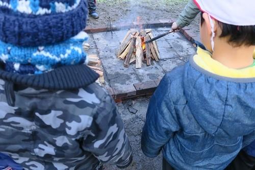 里山の木を薪にして火おこし。