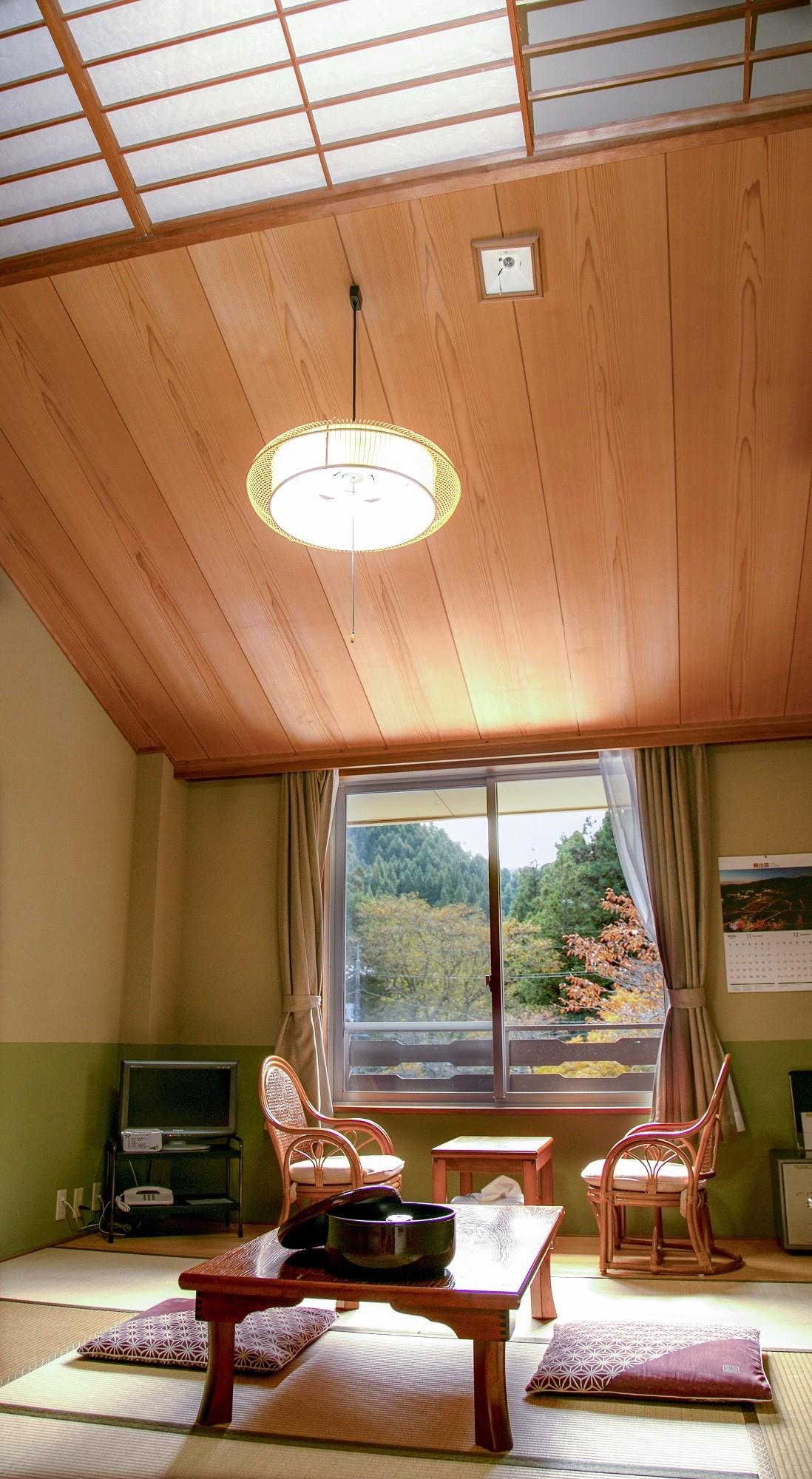 斜めになった高い天井は開放感を、木と障子天窓は温かみを感じます。