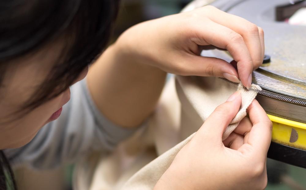UTOの製品は、日本で3%しかいないカシミヤ職人の匠の技で作られます