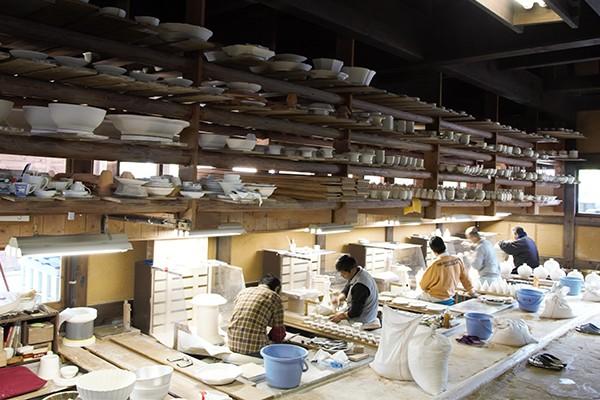 柿右衛門窯の細工場。塵がたたない土間作り。