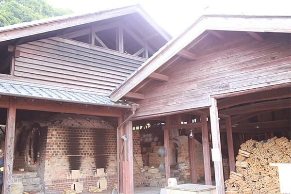 窯場。町内でも少なくなった薪窯で焼成を行っている。