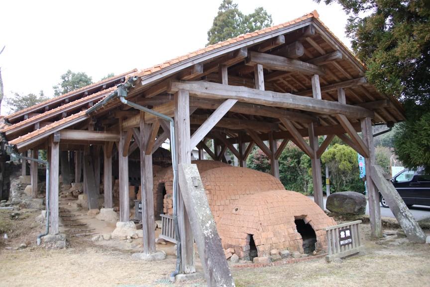 江戸時代の窯跡が今もあり、当時のろくろ場の跡などが保存されています