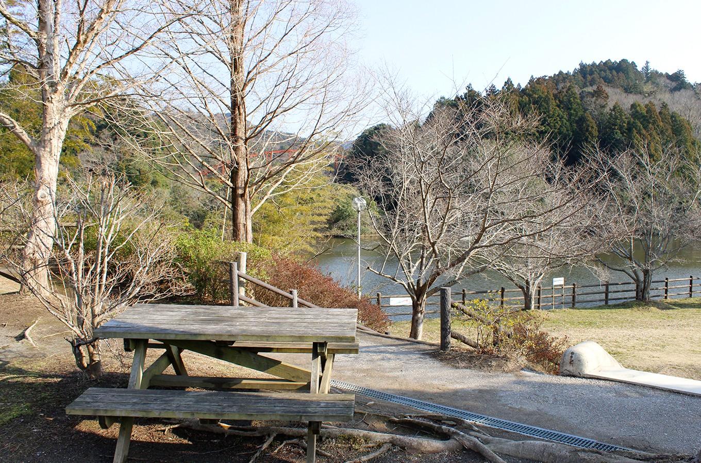 亀山湖を望めるサイトもあります
