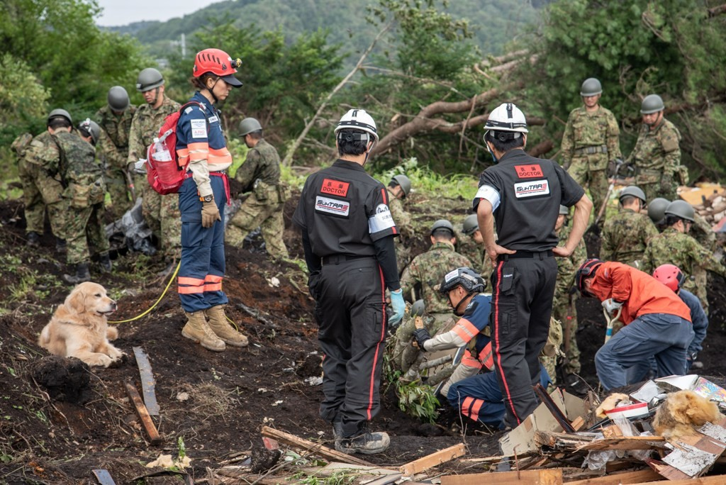 北海道胆振東部地震の被災地で捜索救助活動を行う「空飛ぶ医師団」