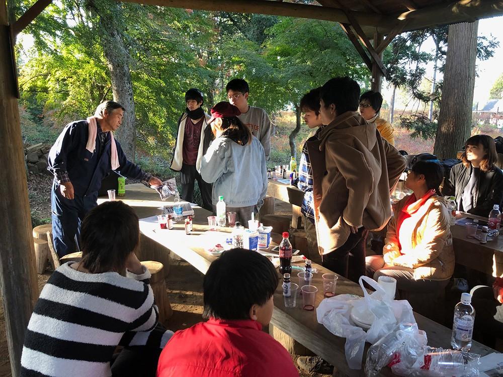 農場を訪れ、江澤氏と一緒にプロモーションの仕方を考える学生達