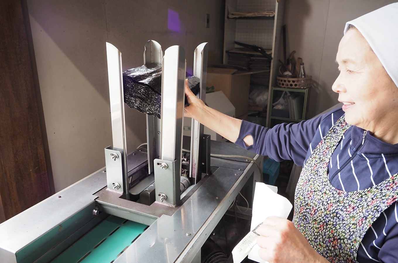 機械に乾海苔をセッティング
