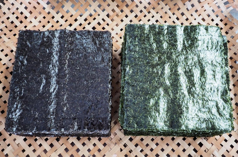 左が乾海苔、右が焼海苔です