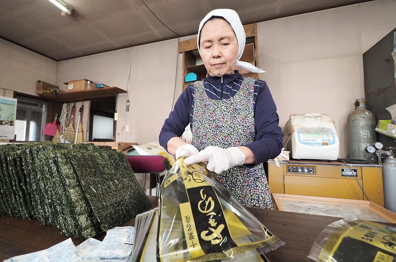 焼海苔を手作業で袋に入れていきます。こちらは「黒金」です