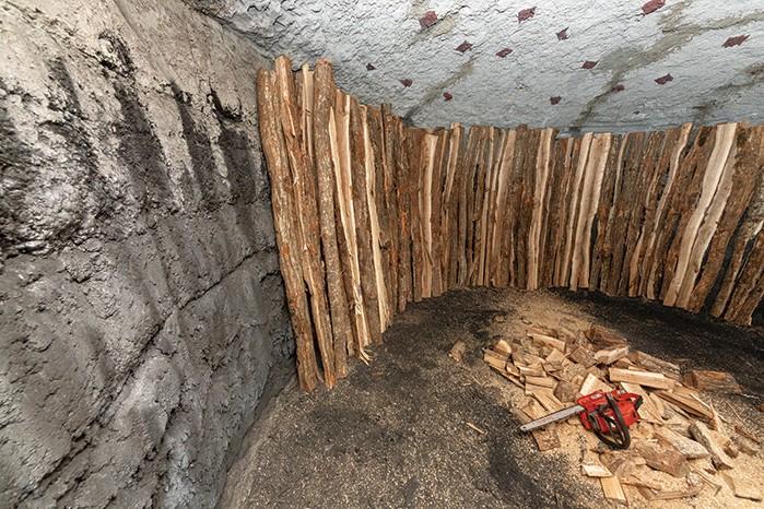 高さ2.4mまでの木が入る炭釜の内部