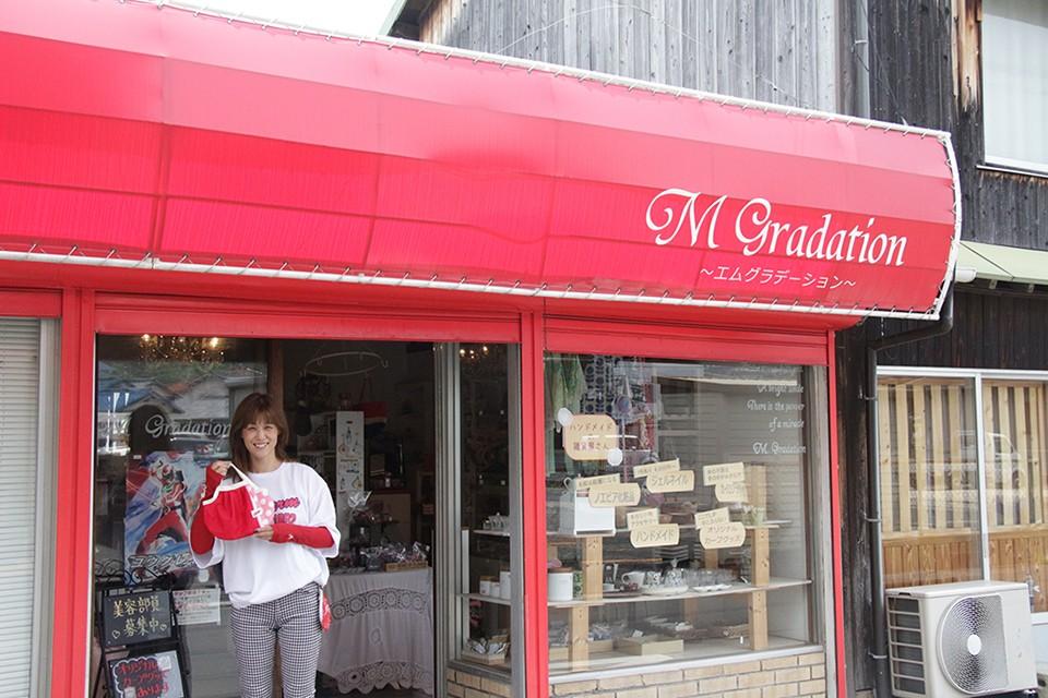 由宇町の商店街を赤く彩る店舗