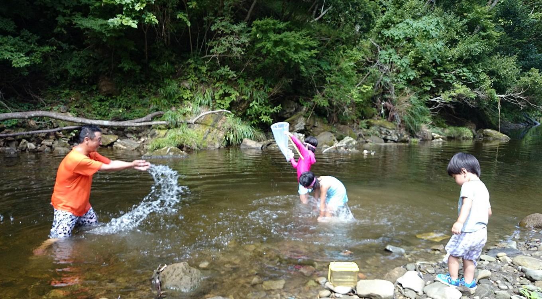 キャンプ場脇の川は小櫃川最上流部で水がきれい!川遊びに最適です!!
