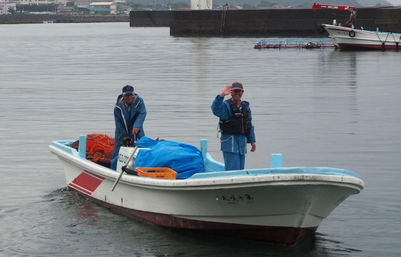イカ漁に行く四男さん(写真左)