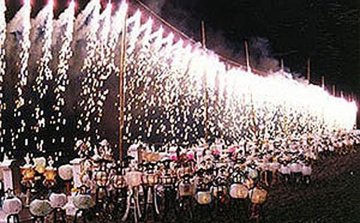 現在の花火大会に残る、 初精霊供養の灯籠焼