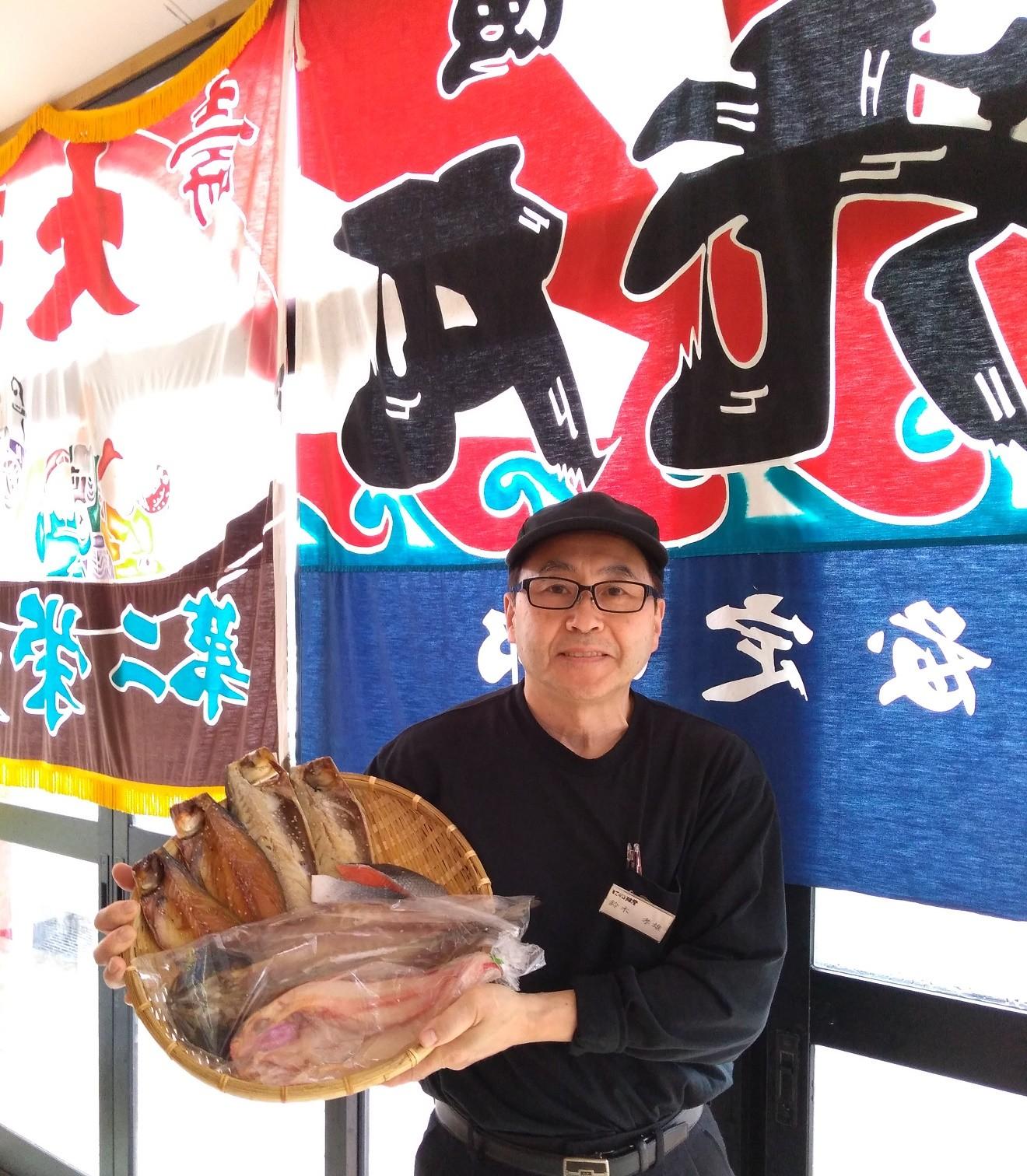 干物を作っている鈴木部長!美味しい干物をありがとうございます!