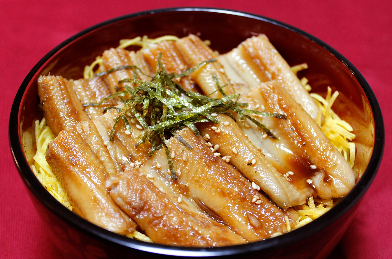醤油・砂糖・酒を入れて穴子を煮れば「煮穴子丼」の完成!