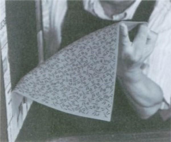 型紙どおりの柄が鹿革に均等に写し取られます