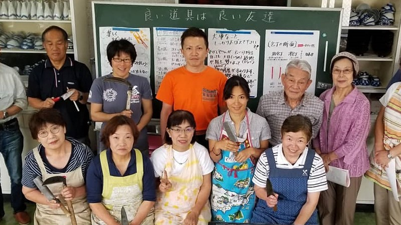 明美さんと三代目の輝樹さん、「包丁・鎌研ぎ教室」に参加された方々