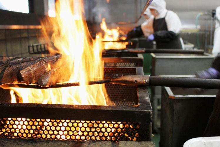 火柱を上げ高温で炙ることで、旨味をギュッと閉じ込めます。