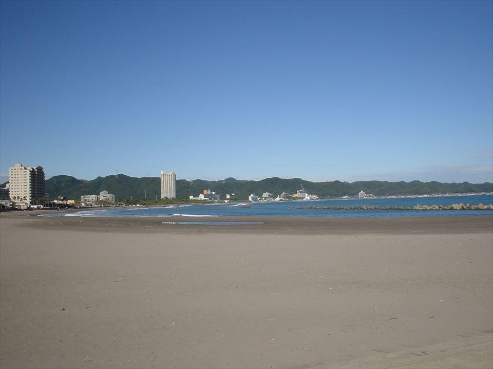久根崎善次郎商店より徒歩1分のところに前原海岸(海水浴場)があります