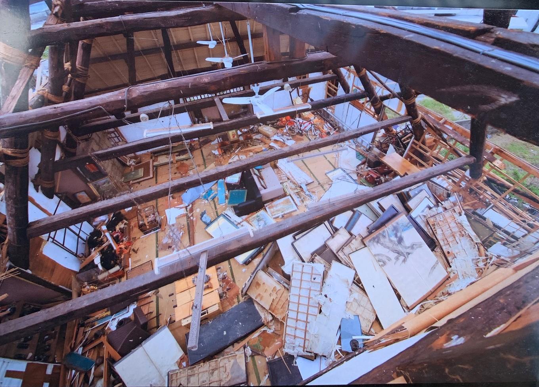 屋根が吹き飛び、店舗内がこのような状態になってしまいました