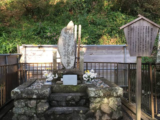 誕生寺境内にある鯛塚
