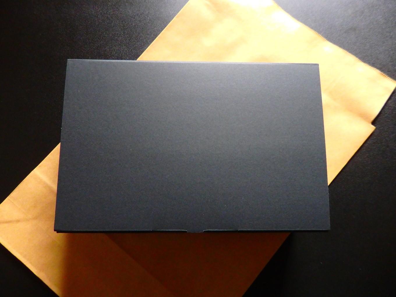シックな黒いギフト箱でのお届けとなります。