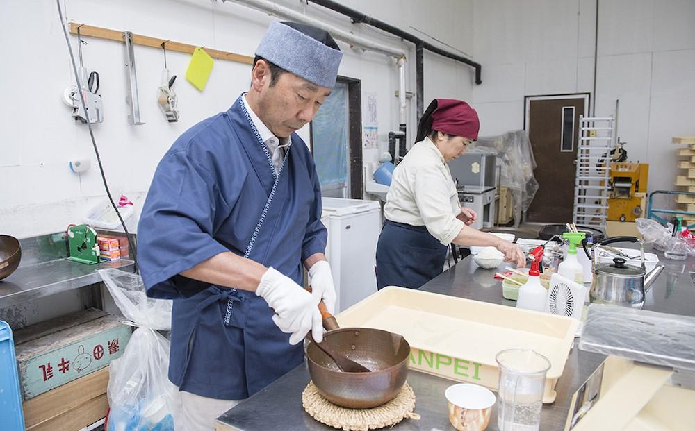 銅製の鍋を使って 手で練り上げるわらび餅