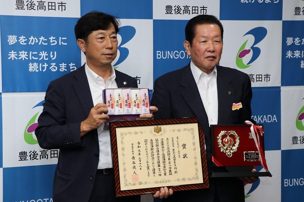 写真は、地元豊後高田市長へ報告会の様子