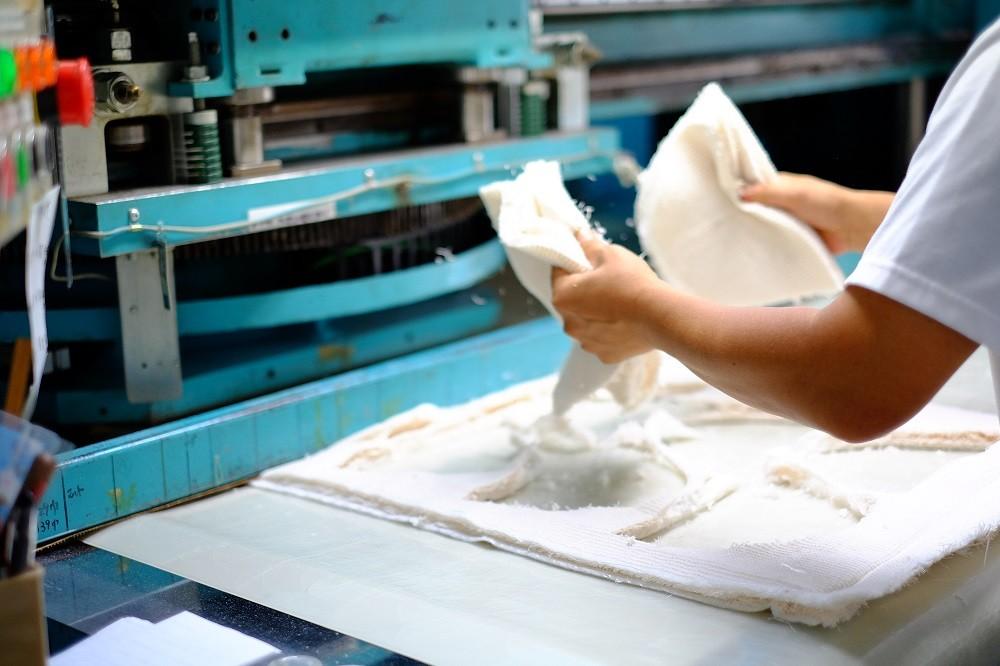 甲部分の型抜き作業。柔らかい素材を、崩さず丁寧に抜き取ります。