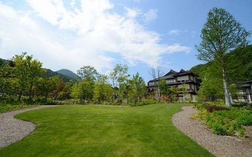広大な敷地には数十種類の花木が植えられ、四季折々の庭園が魅力です