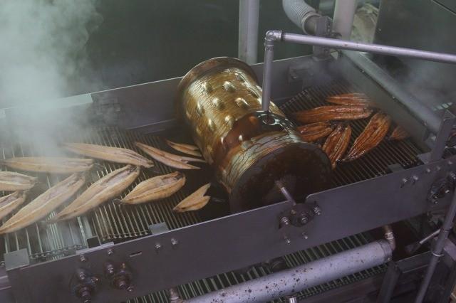 タレ付工程、何千尾ものうなぎが通り、味のしみた美味しい蒲焼になります