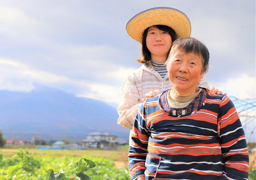 せの畑代表瀬川さんとおばあちゃん。「新鮮野菜をお届けいたします!」