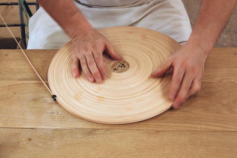 ブナのテープをコイル状に巻き付ける作業