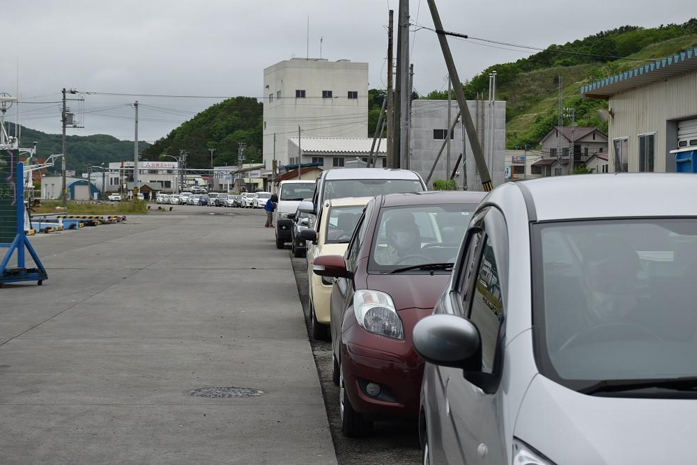 長い車列が漁港の端まで続く光景は圧巻でした