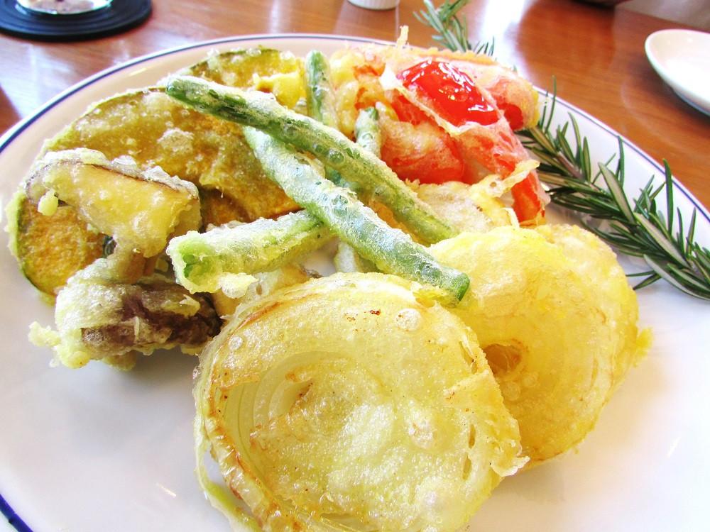 《菜の花油で揚げた野菜の天ぷら》