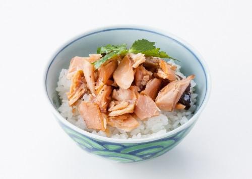 温かいご飯に、焼き鮭をほぐして