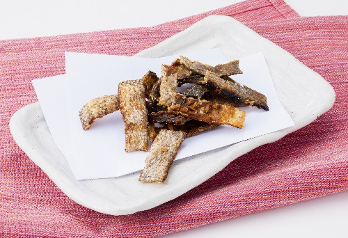 皮を多めのオリーブオイルでカリカリに焼きます、潮の風味がたまらん