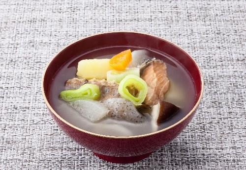 郷土料理のひとつ たくさんの具に鮭の身やお頭も入れて