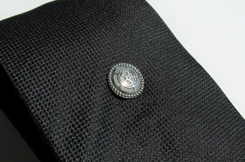 タイタックをつけたネクタイのイメージ
