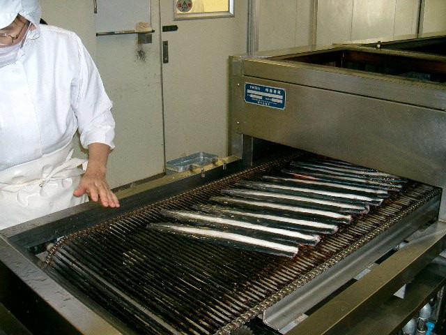 1匹1匹丁寧に捌いたうなぎを、焼いていきます。