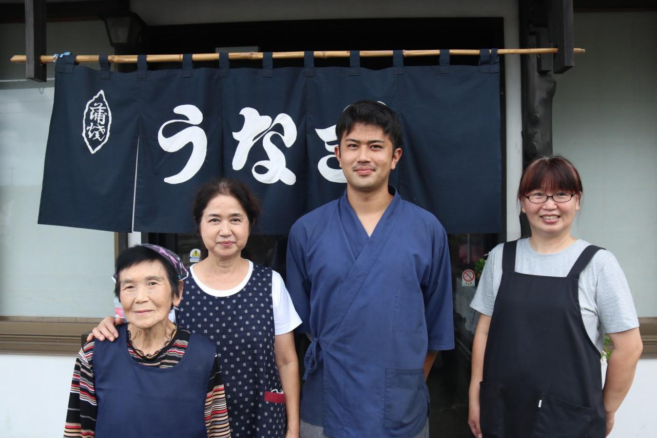 ▲ 日高さんはご家族3人でお 店を切り盛りされています。
