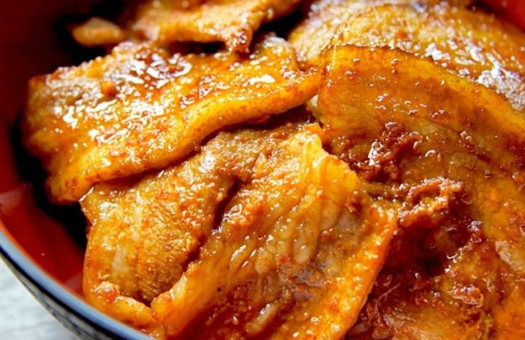 厚切りのバラ肉を甘辛い万能焼き味噌に漬け込み約10日間じっくり熟成