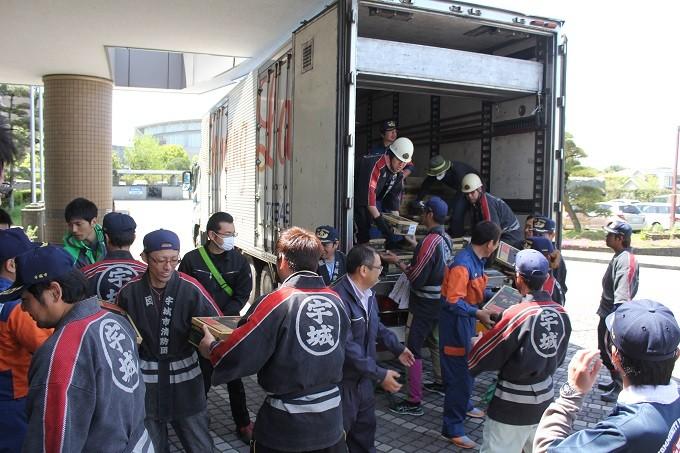 救援物資の運搬と積み下ろし作業をする消防団員と職員