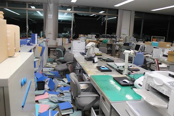 窓ガラスが割れ書類が散乱している宇城市役所本庁舎内(2階)