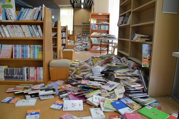 図書が散乱している中央図書館の様子