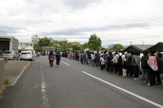 自衛隊による炊き出しに並ぶ避難者の列